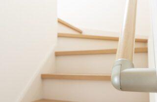 階段の手すりの理想的な高さ・位置は?オススメな素材まで徹底解説