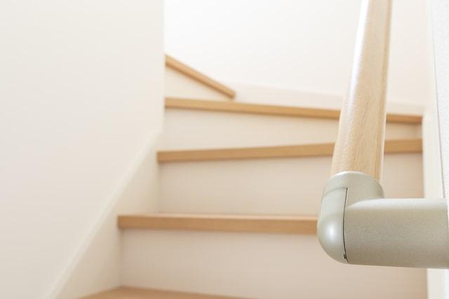 階段の手すりの理想的な高さ・位置は?オススメな素材まで徹底解説します!